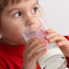 Какво да пият децата: мляко