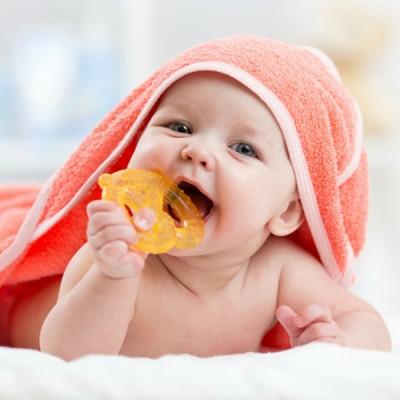 Съвети за облекчаване на бебето при никнене на зъбките